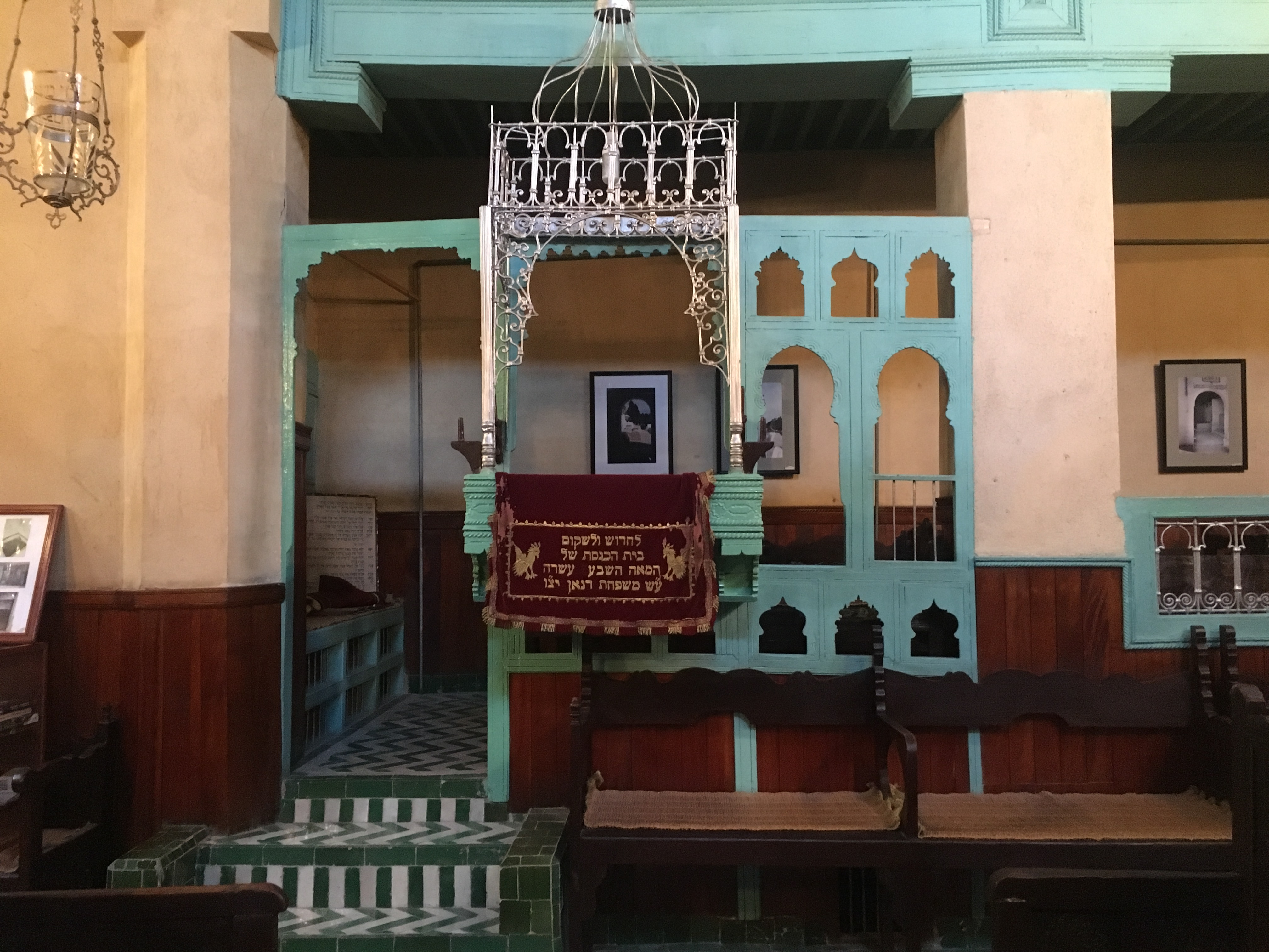 The cantor's platform at the Ibn Danan Synagogue