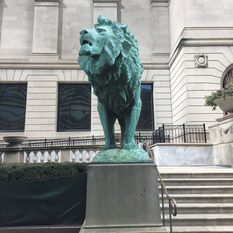 lion sculpture outside of the art institute of chicago