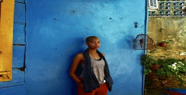 Student Taylor against a vibrant blue wall in Buenos Aires