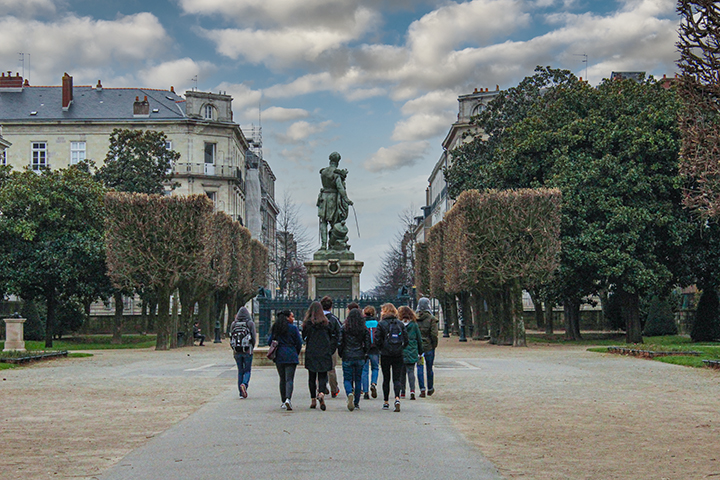 Le Cours Chambronne with students