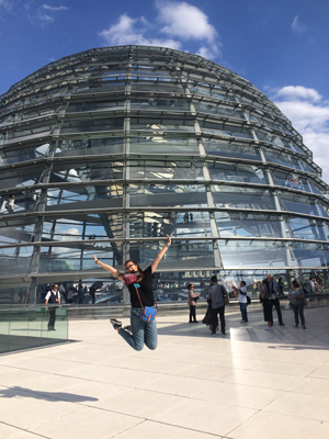 Berlin Internship Participant Kat D. in front of the Reichstag