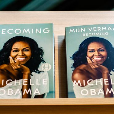 """English and Dutch version of """"Becoming"""" by Michelle Obama, side by side."""