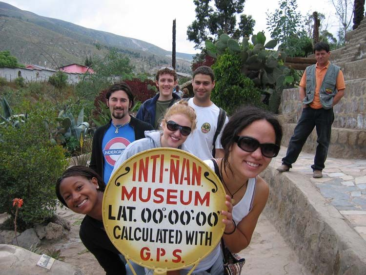 Quito students holding museum sign