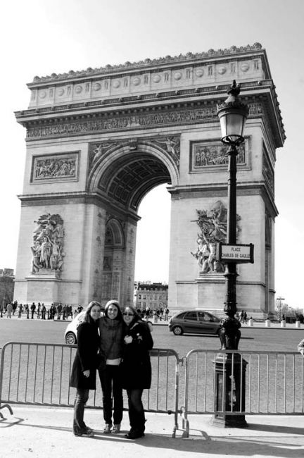Students by the Arc de Triomphe in Paris