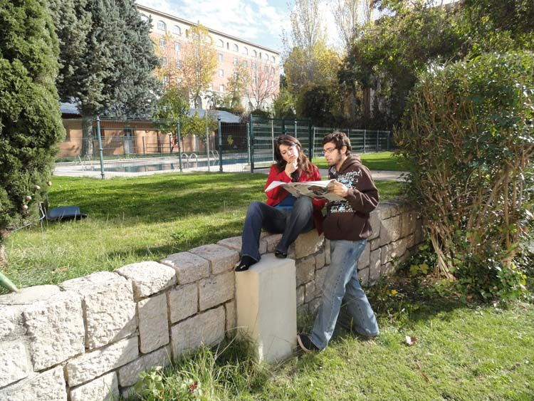 Madrid students reading the paper