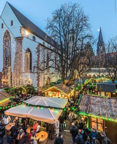 When #freiburg gets even more #romantic and #beautiful ❤️ swipe left to learn about staff's favourite snack at our #christmasmarket - the famous German potato pancakes with applesauce ☺️ #iesabroadfreiburg #iesabroad #studyabroad #christmasiscoming #winteriscoming #oldtown #lights #potatopancakes #applesauce